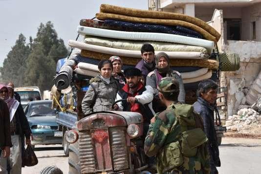 Des réfugiés d'Afrin arrivent dans la ville syrienne deTal Rifaat, le 28 mars 2018.