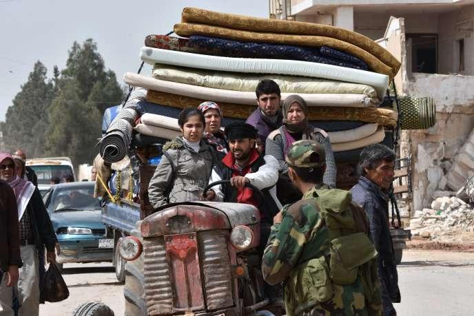 Des réfugiés d'Afrin arrivent dans la ville syrienne deTal Rifaat, le 28mars 2018.