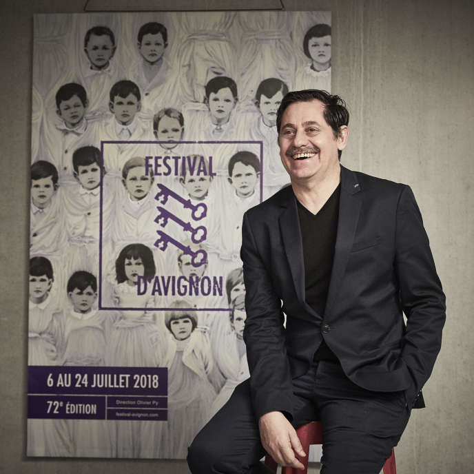 Olivier Py devant l'affiche du 72e Festival d'Avignon.