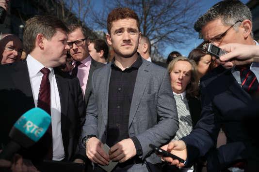 Au centre, Paddy Jackson après son procès à Belfast, le 28 mars.