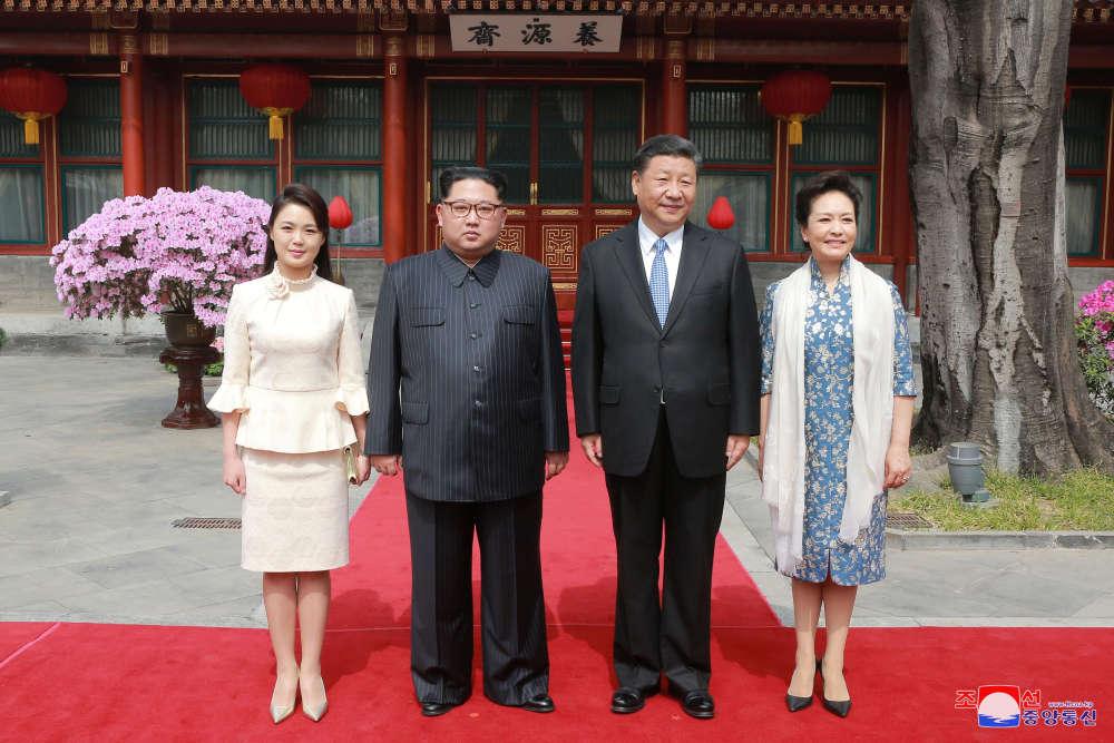 Les chefs d'Etatnord-coréen et chinois, accompagnés de leurs épouses.