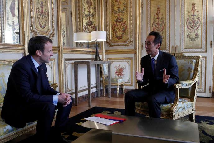 Emmanuel Macron et Young Sohn,le directeur général de Samsung, à l'Elysée, le 28mars 2018.