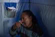 Oscar Tyumre, 45 ans, réalise un test de VIH le 19 mars 2018 dans le quartier de Hillbrow à Johannesburg.