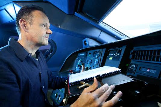Conducteur SNCF en cabine TGV duplex, en février 2010.
