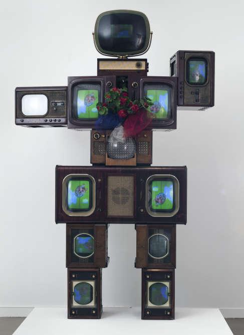 Membre du groupe Fluxus‒ issu du mouvement Dada qui mélange musique, performance, arts plastiques et écriture‒, Nam June Paik construit une œuvre à partir d'installations vidéo dans lesquelles il introduit des instruments de musique et des moniteurs de télévision.