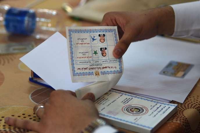 Bulletins de vote à Gizeh, en Egypte, le 28 mars.