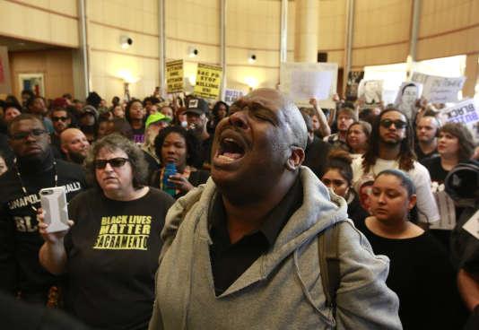 Des manifestants se sont réunis à la mairie de Sacramento pour dénoncer le meurtre de Stephon Clark, abattu d'une vingtaine de tirs par des policiers le 18 mars.