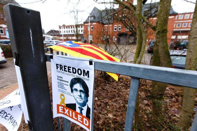 Devant la prison de Neumünster (Allemagne), le 28 mars 2018, une affiche demande la libération de Carles Puigdemont, incarcéré depuis le 25 mars.