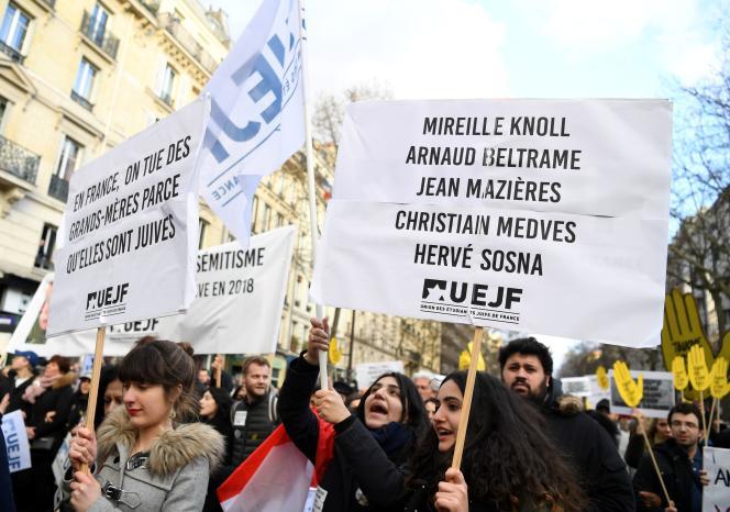 Des participants à la marche blanche en la mémoire de Mireille Knoll, à Paris, le 28 mars 2018.