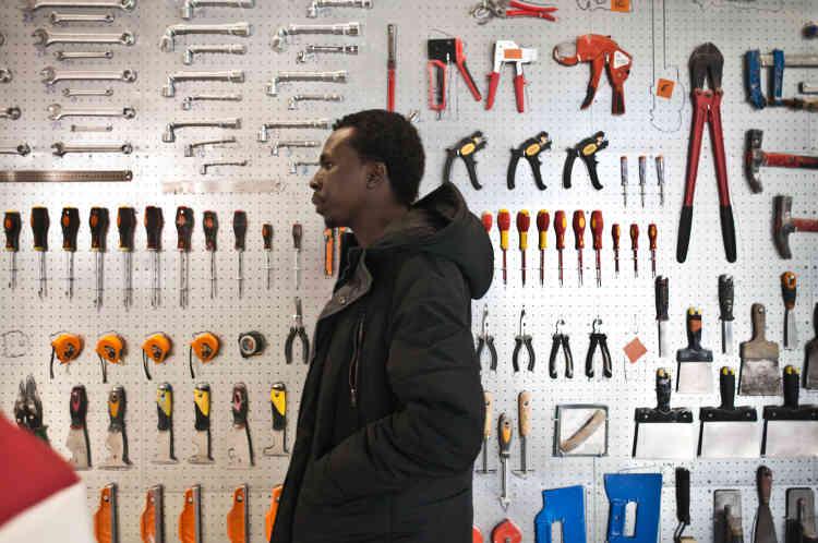 Alsadig visite le centre des Clés de l'atelier le 1er février 2018. Il souhaiterait devenir électricien.