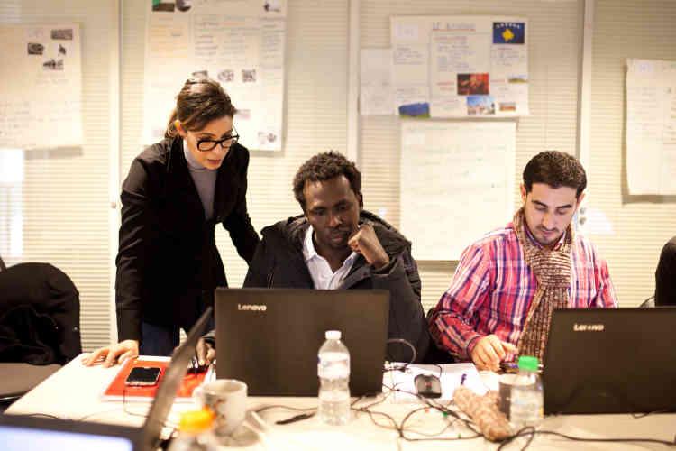 Alsadig est aussi présent à la formation bureautique dispensée par Human Booster. Sarah, la formatrice, explique que son public est constitué exclusivement de réfugiés et que le taux d'absentéisme est très faible.