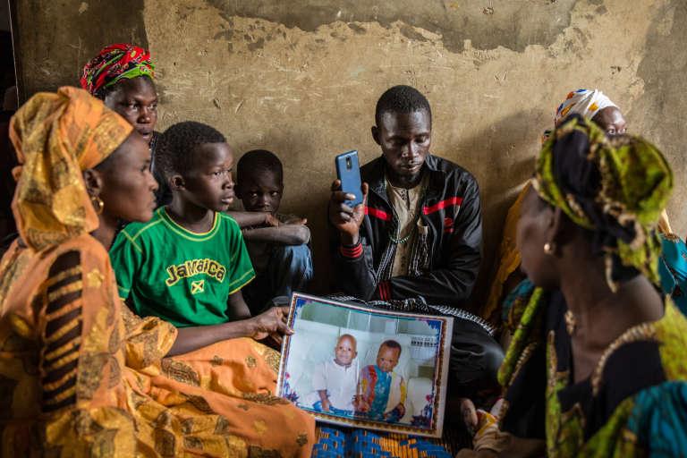 Dans la maison du petit Sérigne Fallou Diop, mort (en blanc sur la photo), avec son père (en noir) et ses proches, le 23mars, à Rufisque, au Sénégal.