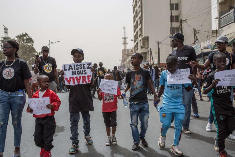 Des enfants défilent lors de la grande marche pour la protection des enfants, à Dakar, le 24mars 2018.