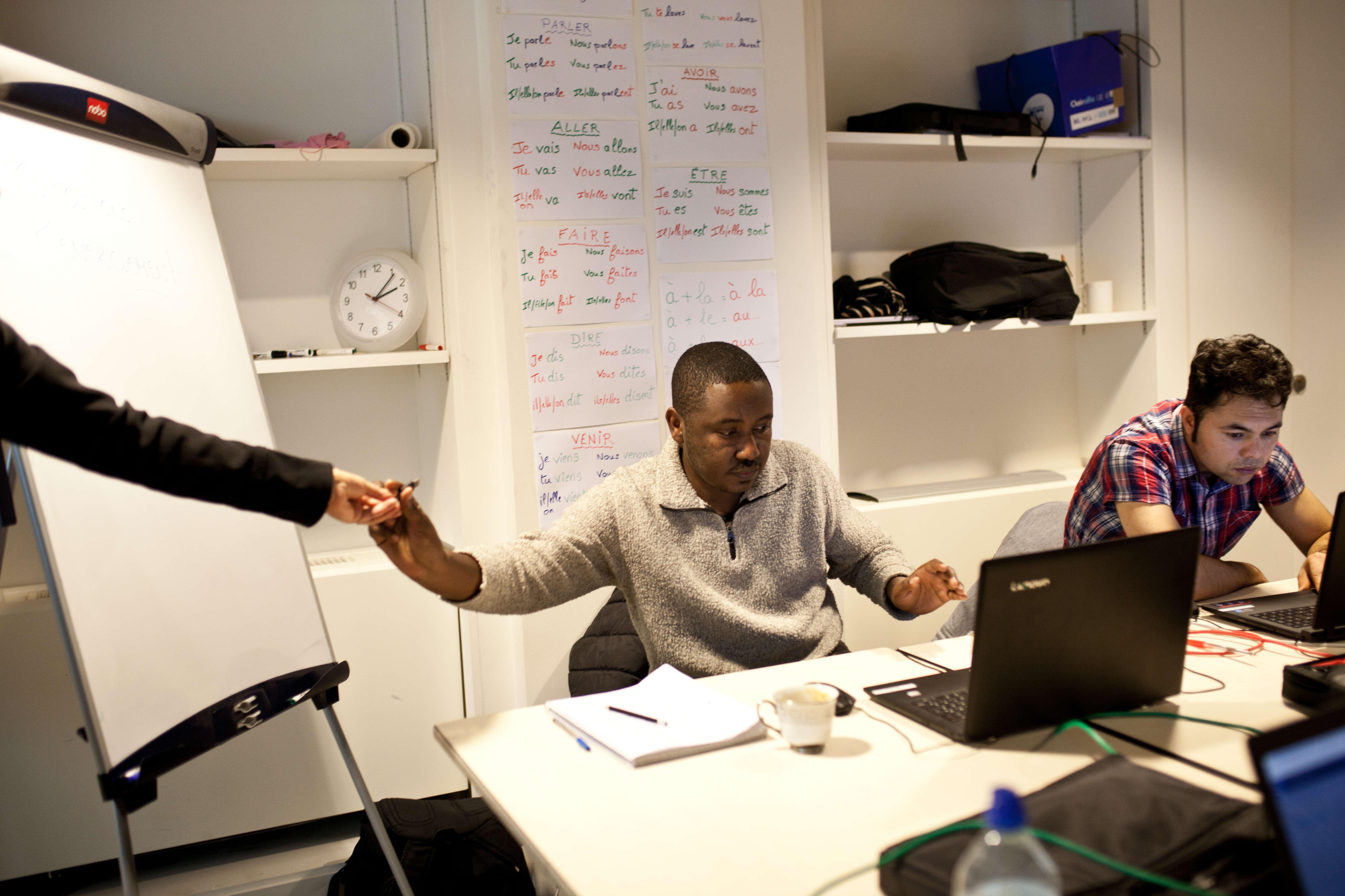 Ali suit un cours de bureautique donné par l'organisme Human Booster et financé par Pôle emploi, le 31 janvier 2018, à Vichy. Objectifs : savoir créer une boîte mail et élaborer un diaporama.  SANDRA MEHL POUR LE MONDE
