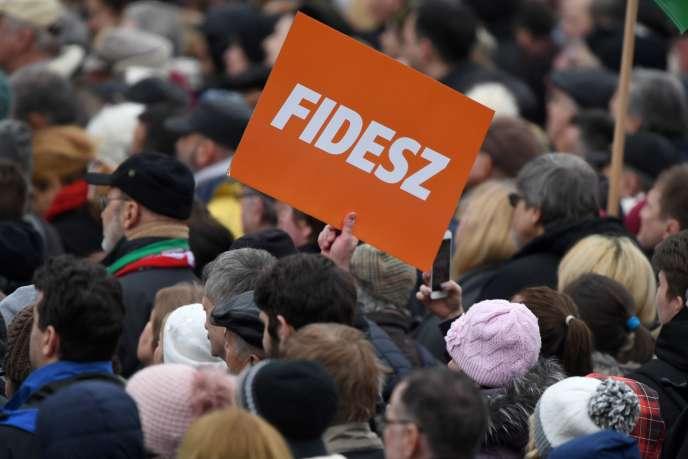 Des partisans du Fidesz, le parti de Viktor Orban, à Budapest, le 15 mars, pour les 170 ans de la révolution.