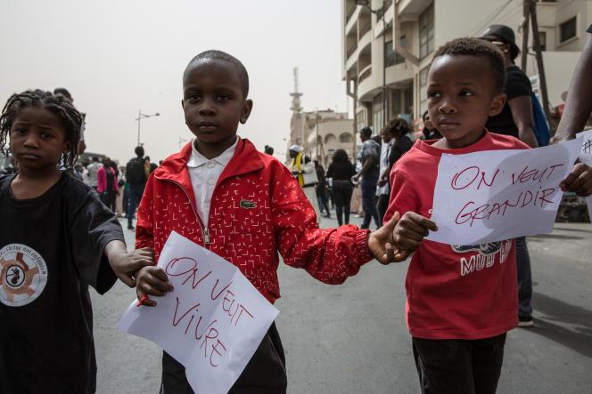 Des enfants défilent lors de la grande marche pour la protection des enfants. Dakar, Sénégal, le 24 mars 2018.