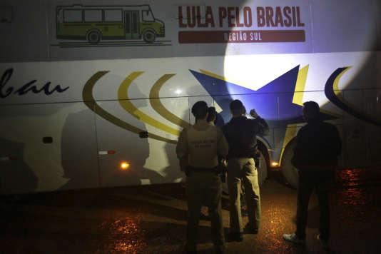 La caravane de campagne de Lula, cible de tirs, àLaranjeiras do Sul, dans l'Etat de Parana dans le sud du Brésil, le 27 mars.