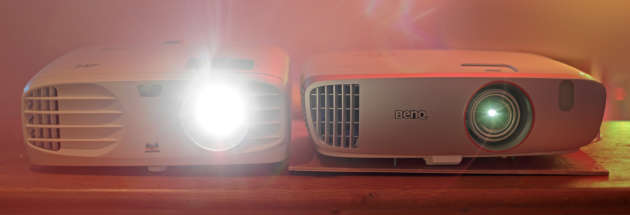 Le vidéoprojecteur ViewSonic à côté du projecteur Full HD de comparaison, le Benq W1210st.