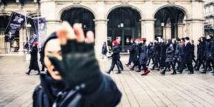 L'État autrichien a été condamné pour discrimination sexiste envers un proche du FPÖ. De quoi faire réagir une association féministe comme Hysteria (ici, lors d'une manifestation à Vienne, le 21 janvier 2018), qui tourne en dérision les valeurs ultraconservatrices du parti d'extrême droite au pouvoir.