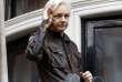 Julian Assange fait un signe de la main depuis le balcon de l'ambassade équatorienne où il est réfugié, à Londres, le 19mai 2017.