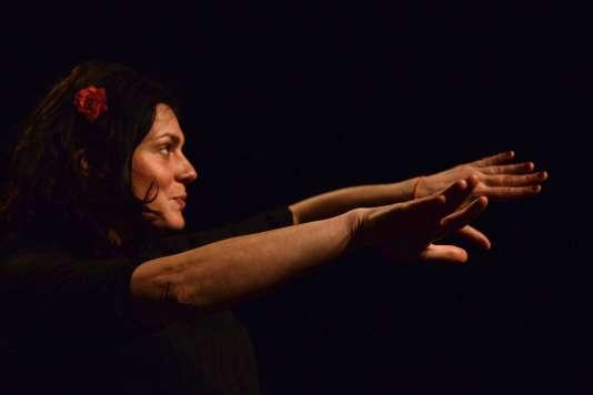 La conteuse Elodie Mora dans sonspectacle « Sous la peau ».