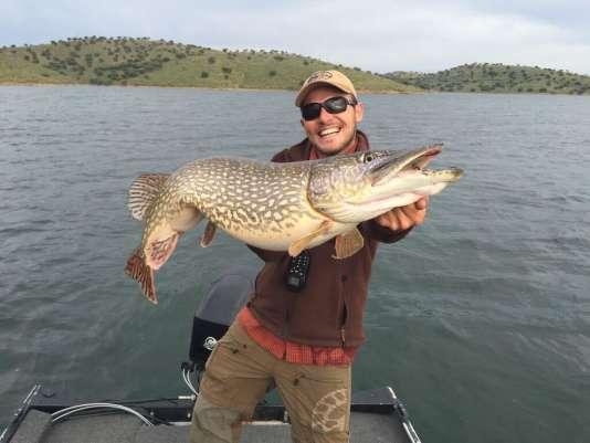 Un superbe brochet et son pêcheur, sur le lac d'Orellana, en Espagne.