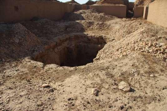Destruction et pillage à la pelleteuse du palais royal de l'antique Mari, en Syrie.