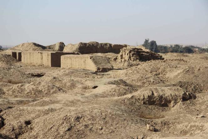 Le site antique du palais royal de Mari saccagé par les pillards au profit des djihadistes de l'EI en quête de pièces antiques à vendre sur le marché illicite des œuvres d'art, une de leurs principales ressources.