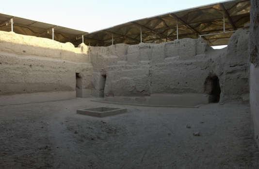 Avant destruction par les pillards, la partie de l'enceinte sacrée du palais royal restaurée et protégée d'une toiture par la Mission archéologique française de Mari, en Syrie.