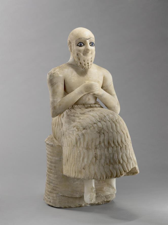 Statue en albâtre de l'intendant Ebih II, aux yeux de lapis-lazuli, provenant du temple d'Ichtar, la grande déesse mésopotamienne de l'amour et de la guerre. Dynastie archaïque III (2600-2350 av. J.-C.), Mari, Syrie.
