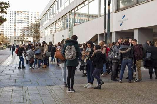 Etudiants de l'Université de Strasbourg, qui créé de nouvelles UE, sans surcoût, pour sensibiliser ses étudiants au journalisme et aux médias.