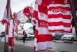 18 février 2018 : Devant le Parc A, centre d'entrainement du Club Africain, le merchandising se fait dans la rue avant le départ pour le stade. A Tunis c'est le grand jour celui du Derby Foot, le match entre les deux meilleures équipes actuelles du championnat et les deux équipes phares de Tunis, le Club Africain (CA) contre l'Espérance de Tunis (EST) au grand stade de Radès dans la banlieue sud de Tunis.  Ce match retour est à l'avantage du CA qui dispose de la billetterie. Au vu des nombreux affrontements de supporters et des groupes d'ultras dans les stades entre eux et avec la police, seulement 23000 billets sont mis en vente (pour une capacité de 60000) dont 1200 pour l'EST mais qui ne seront qu'une petite cinquantaine dans la tribune sud. Le match se terminera par la victoire surprise du CA sur le score de 2 à 1.