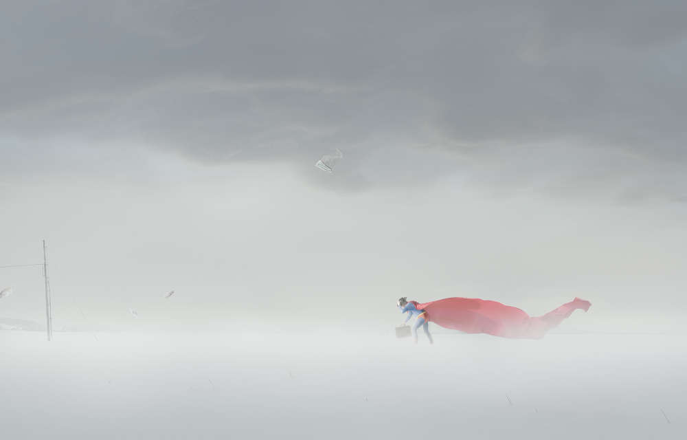 «Dans une étrange transposition topographique, le super-héros se retrouve en Norvège avec comme décor des paysages blancs et désertiques. La solitude du personnage, sa posture ne symbolisent plus la toute-puissance de l'icône magistrale mais au contraire la difficulté pour celui qui endosse le costume à atteindre le rêve. »