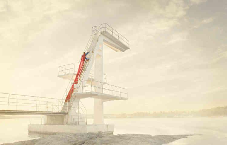 «La série No. Superhero a été réalisée autour de la petite ville d'Asker en Norvège. Joergensen traque les grands espaces vides afin d'apporter à ses images une puissance symbolique. Dans la blancheur du décor, la silhouette évanescente du super-héros se dessine, faisant écho à une fragilité identitaire.»