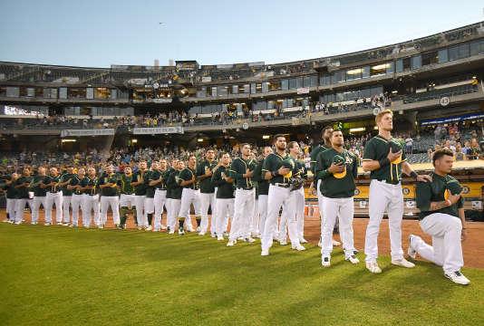 Bruce Maxwell, à droite, et l'équipe des A's d'Oakland.