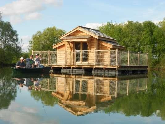 Vous pourrez aussi prendre un peu de repos dans les cabanes flottantes dulac de Pélisse.