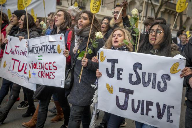 Marche blanche pour l'octogénaire juive Mireille Knoll assassinée dans son appartement parisien, à Paris, le 28 mars.