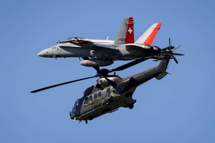 Un chasseur F/A-18 et un hélicoptère Super Puma de l'armée de l'air helvète, lors d'une démonstration aérienne à Payerne (ouest de la Suisse), en septembre 2014.