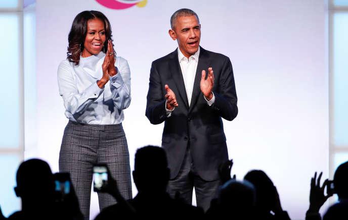 L'ancien président Barack Obama, accompagné de son épouse Michelle, à leur arrivée au premier Sommet de la Fondation Obama à Chicago, Illinois, le 31 octobre 2017.