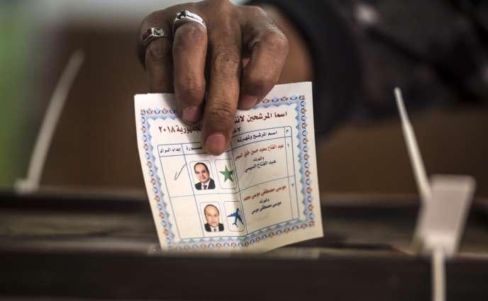 Bulletin pour le président sortantAbdel Fattah Al-Sissi au bureau de vote deShubra-el-Kheima près du Caire, le 27 mars.