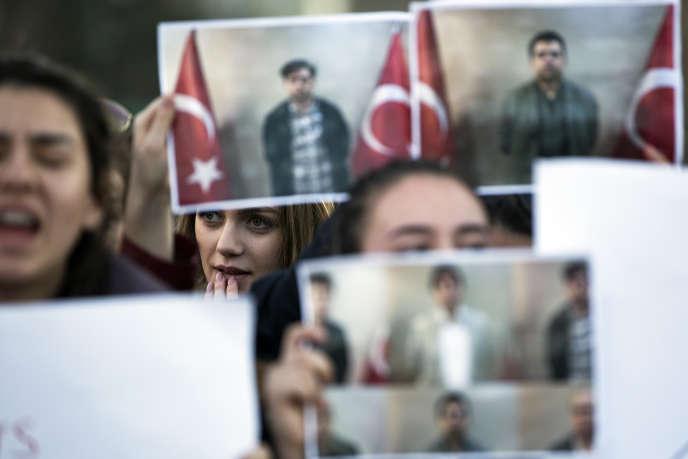 Des étudiants de l'école Mehmet Akif au Kosovo protestent contre l'arrestation de l'un de leur professeur par des policiers kosovars, le 29 mars 2018 à Pristina.
