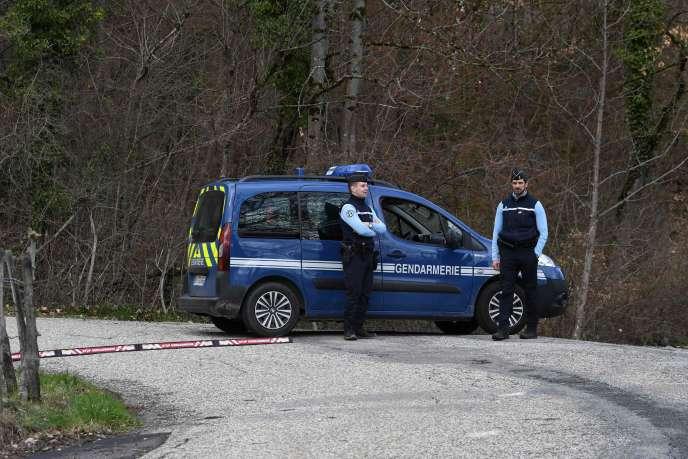 Les gendarmes bloquent l'accès du Col de Marocaz près de Cruet (Savoie), le 29 mars.