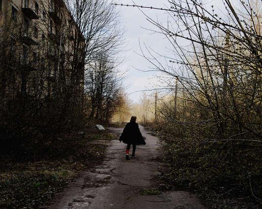 Larissa (48ans) est l'une des dernières habitantes de la ville de Poliske (Ukraine), située dans la zone interdite. Cette ville de 20000habitants a été évacuée dix ans après la catastrophe nucléaire. Aujourd'hui, une dizaine d'habitants y vivent encore.