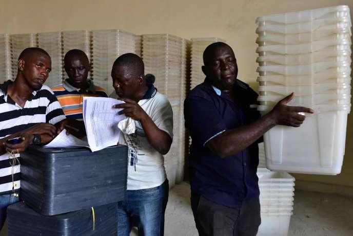 Préparation des urnes utilisées lors du second tour de la présidentielle au siège de la Commission électorale à Wellington près de Freetown (Sierra Leone), le 29 mars.