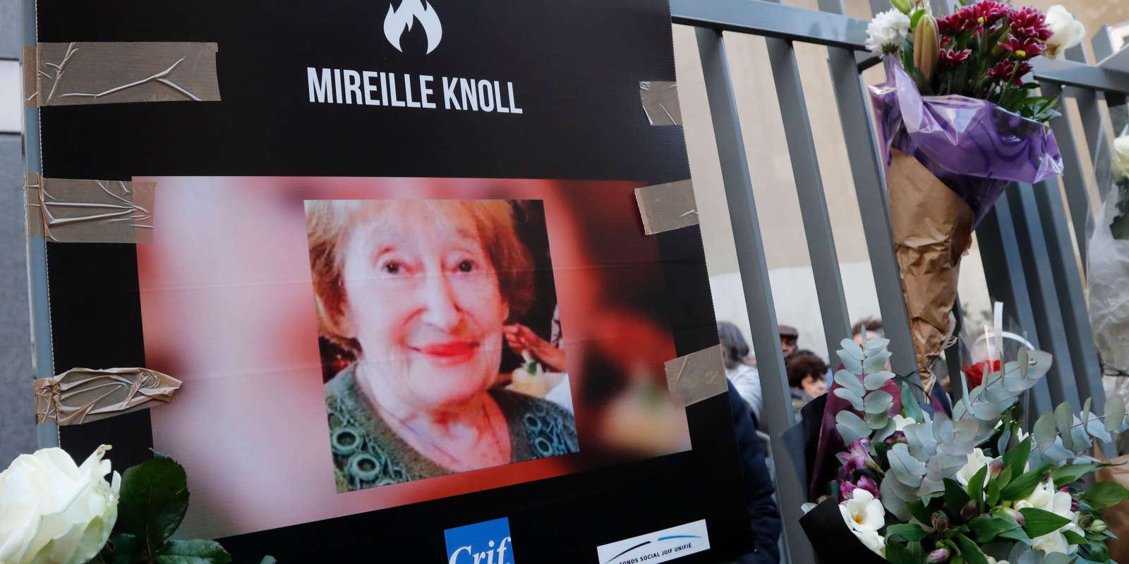 Photographie de Mireille Knoll devant l'immeuble du 11e arrondissement de Paris où elle résidait.