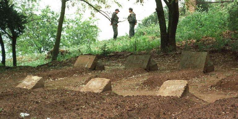 Les tombes des sept moines de Tibéhirine (Algérie), enlevés dans la nuit du 26 au 27 mars 1996 et dont seules les têtes ont été retrouvées.