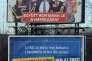 En haut, une affiche de propagande montre George Soros et différentes personnalités des partis d'opposition avec le texte suivant :« Ensemble, ils feront sauter la barrière de l'immigration». Sur l'affiche du dessous :« L'ONU veut faire sauter la barrière de l'immigration. Les Hongrois disent non à l'ONU». Le 12 mars, à Pécs, dans le sud de la Hongrie.