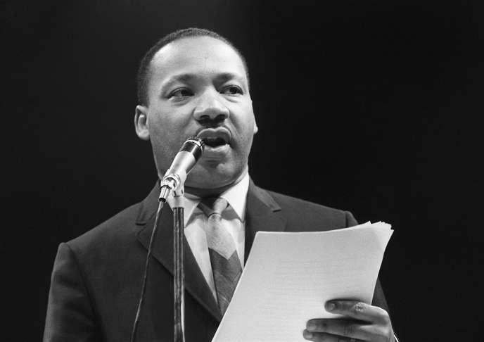 Le pasteur américain et leader des droits civiques Martin Luther King s'adresse, le 29 mars 1966 au Palais des sports de Paris, aux militants du «Mouvement pour la Paix».