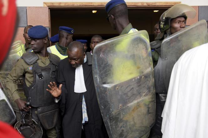 A la sortie du tribunal correctionnel de Dakar où était jugé le maire de Dakar, le 30 mars 2018.