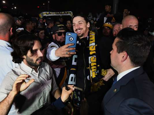 Zlatan Ibrahimovic pose pour un selfie avec un supporteur du Los Angeles Galaxy, à son arrivée en Californie, jeudi.